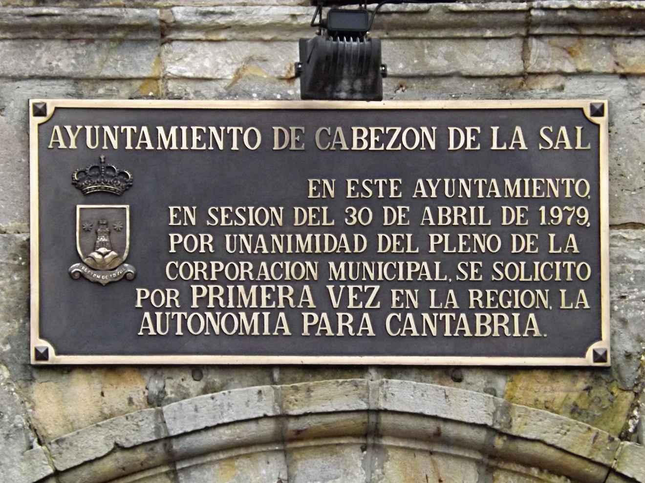 Placa conmemorativa en el Ayuntamiento