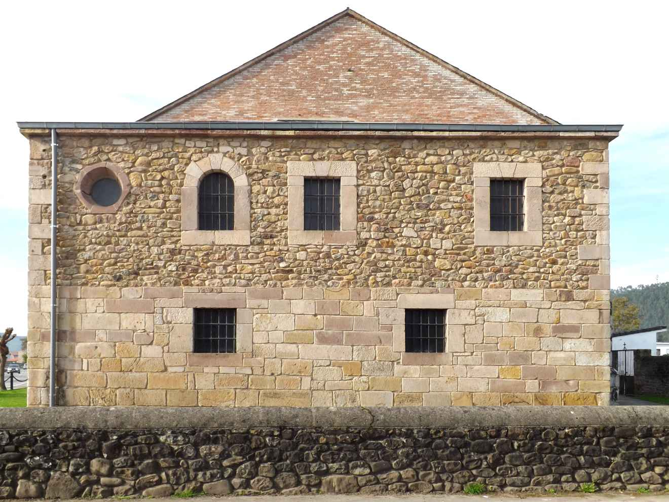 Fachada lateral de la iglesia de Ontoria