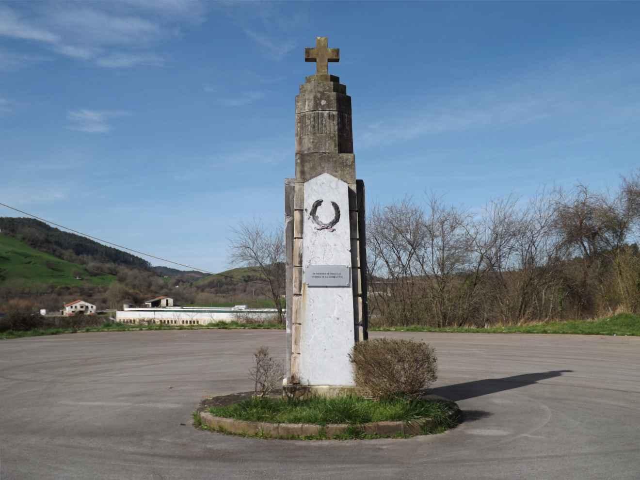 Antigua cruz de los caídos trasladada delante del cementerio