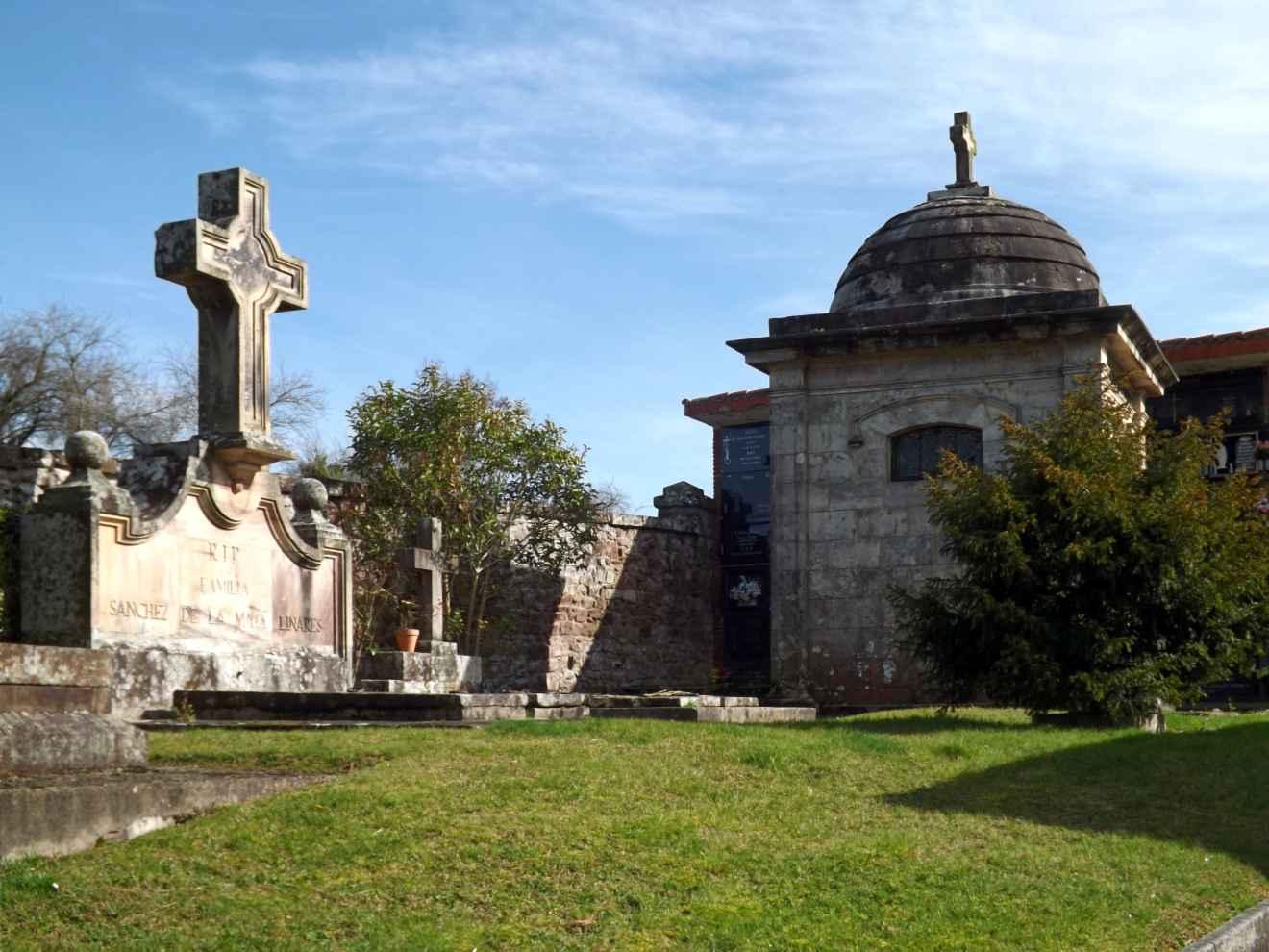 Panteones en el cementerio