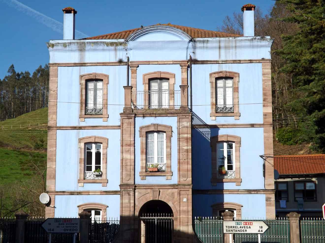 Edificio ecléctico en Cabezón de la Sal
