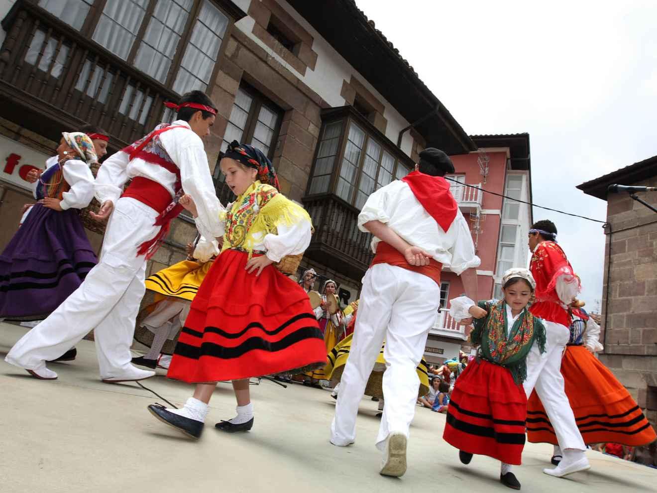 Baile regional el Día de Cantabria