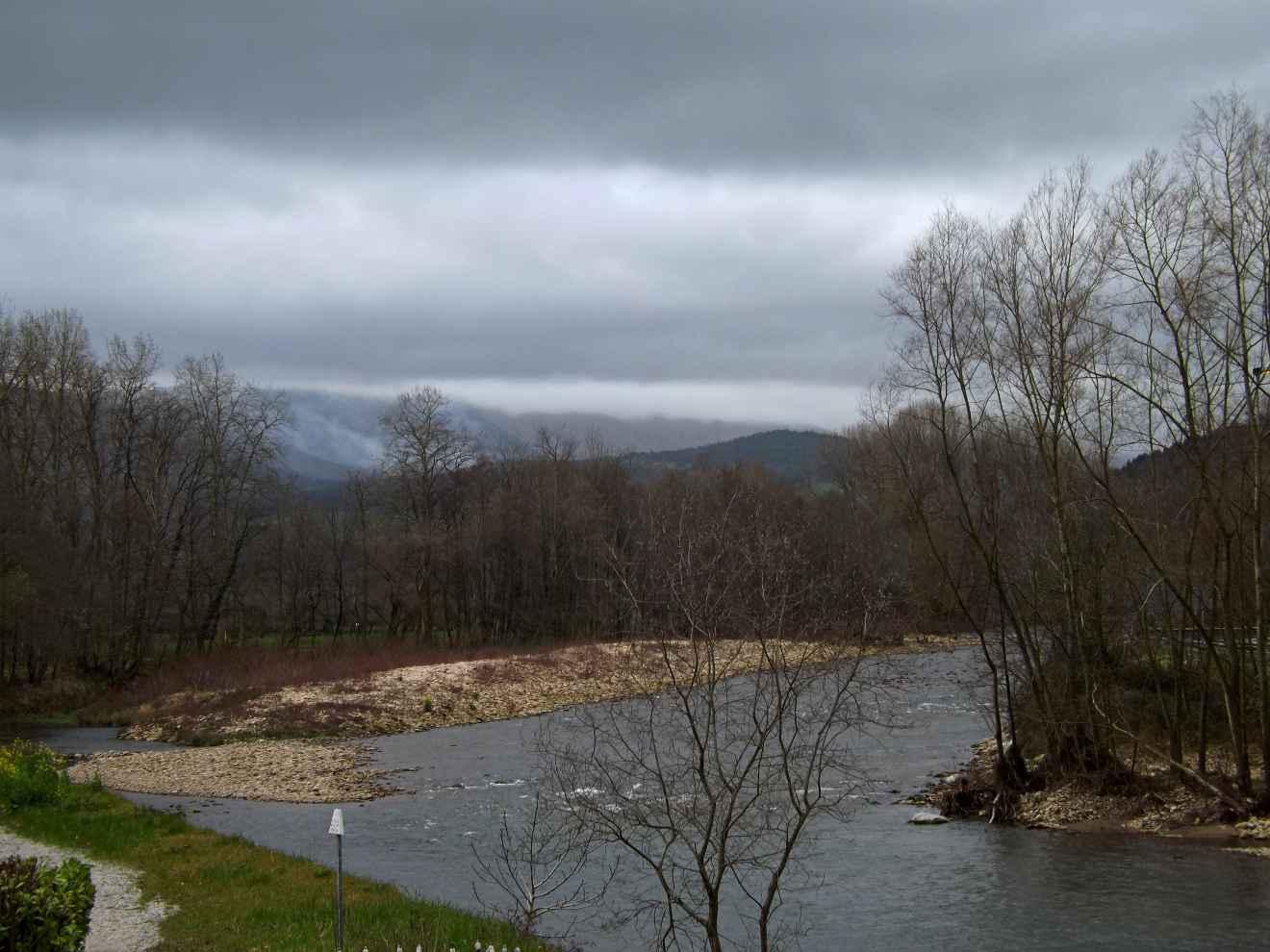 El río Saja un día lluvioso