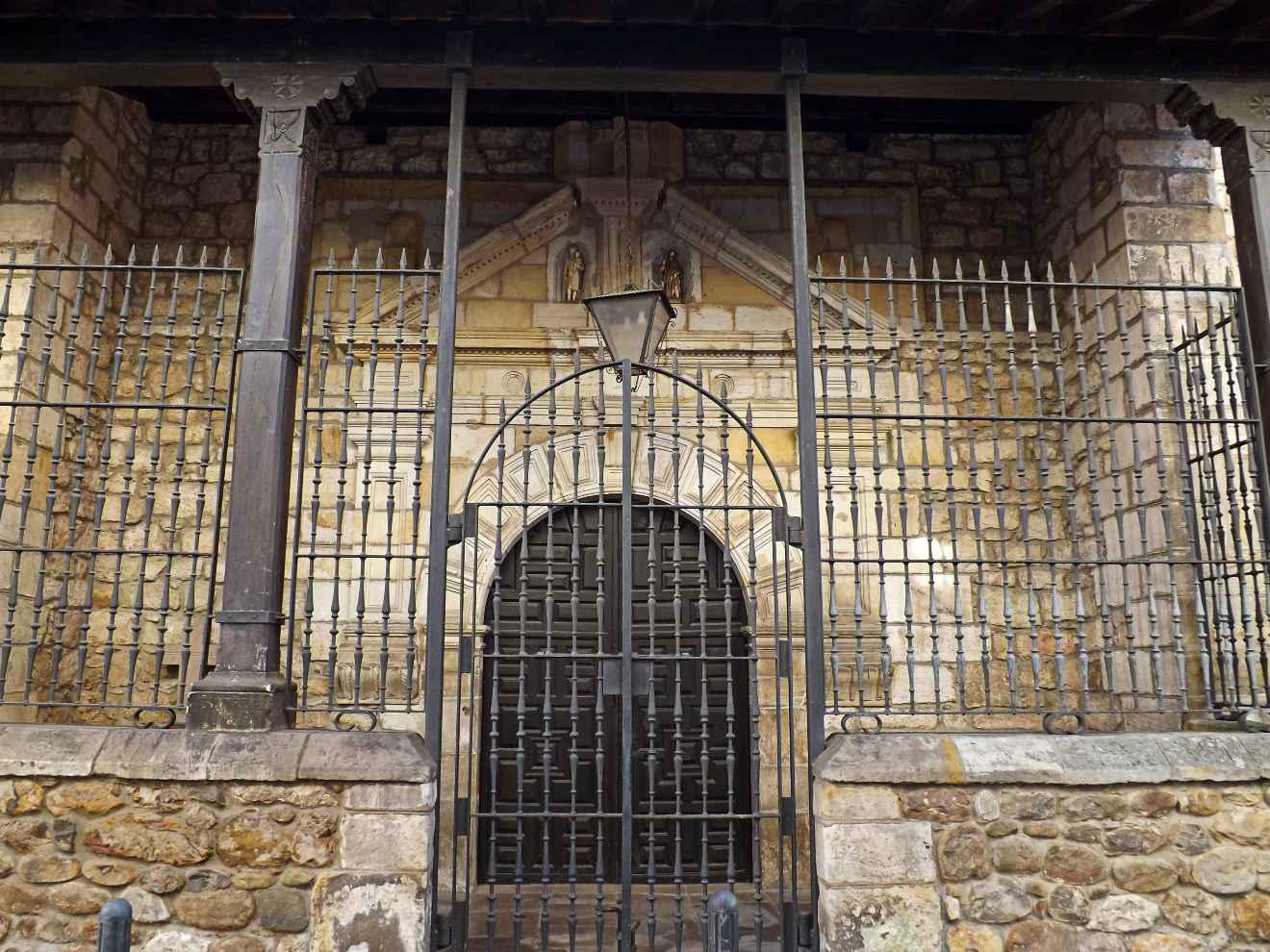 Detalle de la iglesia de Cabezón de la Sal
