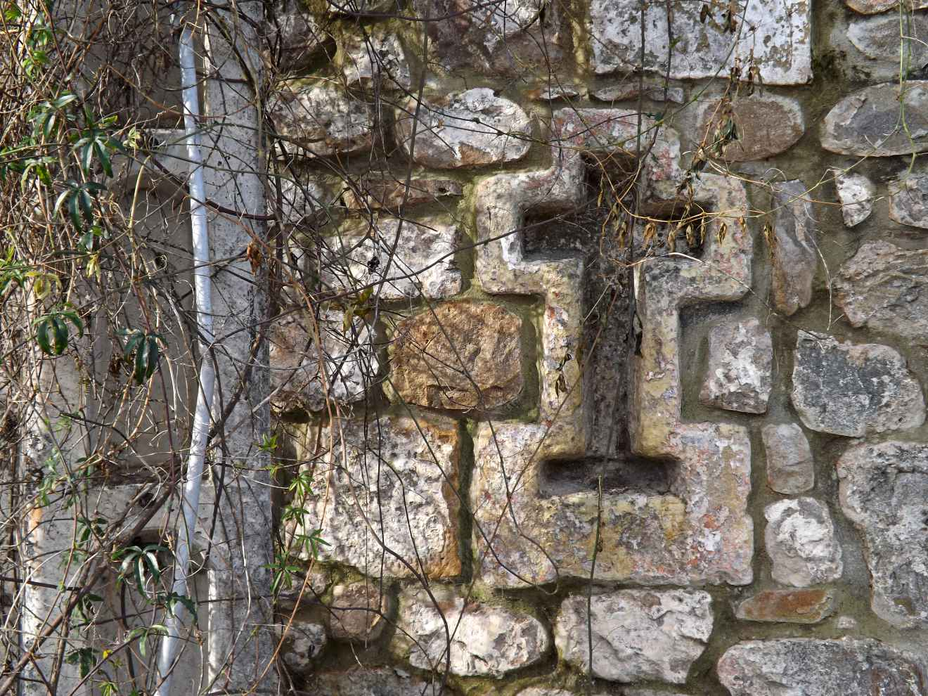 Cruz en pared en Ontoria