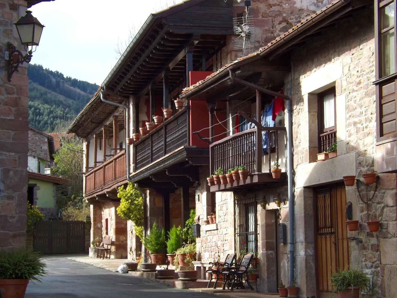 Casas montañesas en Santibáñez