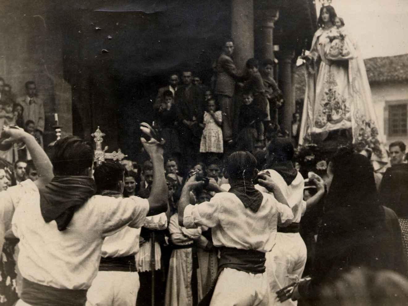 Baile ante la Virgen del Campo